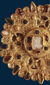 """Il Museo Nazionale dell'Alto Medioevo espone per la prima volta il cosiddetto """"Tesoretto di Monte Cassino"""", costituito da una fibula aurea databile tra i secoli XI-XII."""