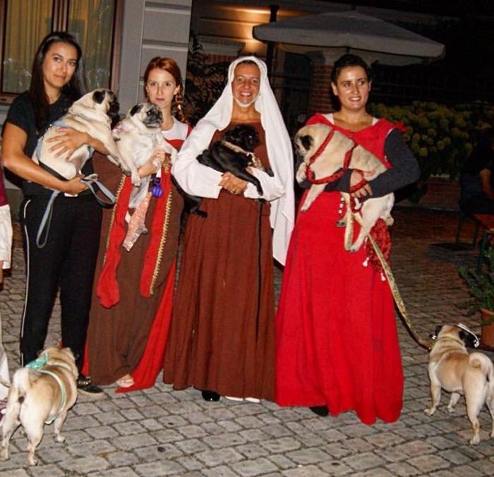 Simona di Pimp My Pug con alcune dame e i loro carlini